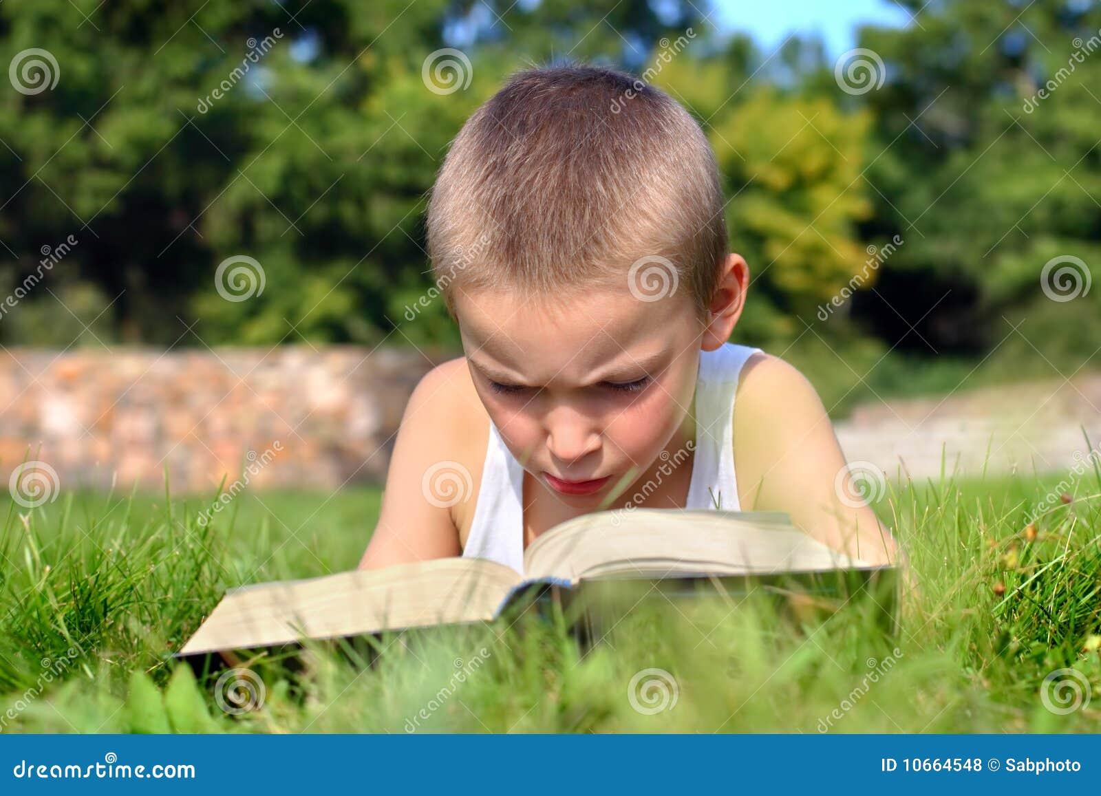 Het kind leest boek stock foto afbeelding bestaande uit jongen 10664548 - Bereik kind boek ...