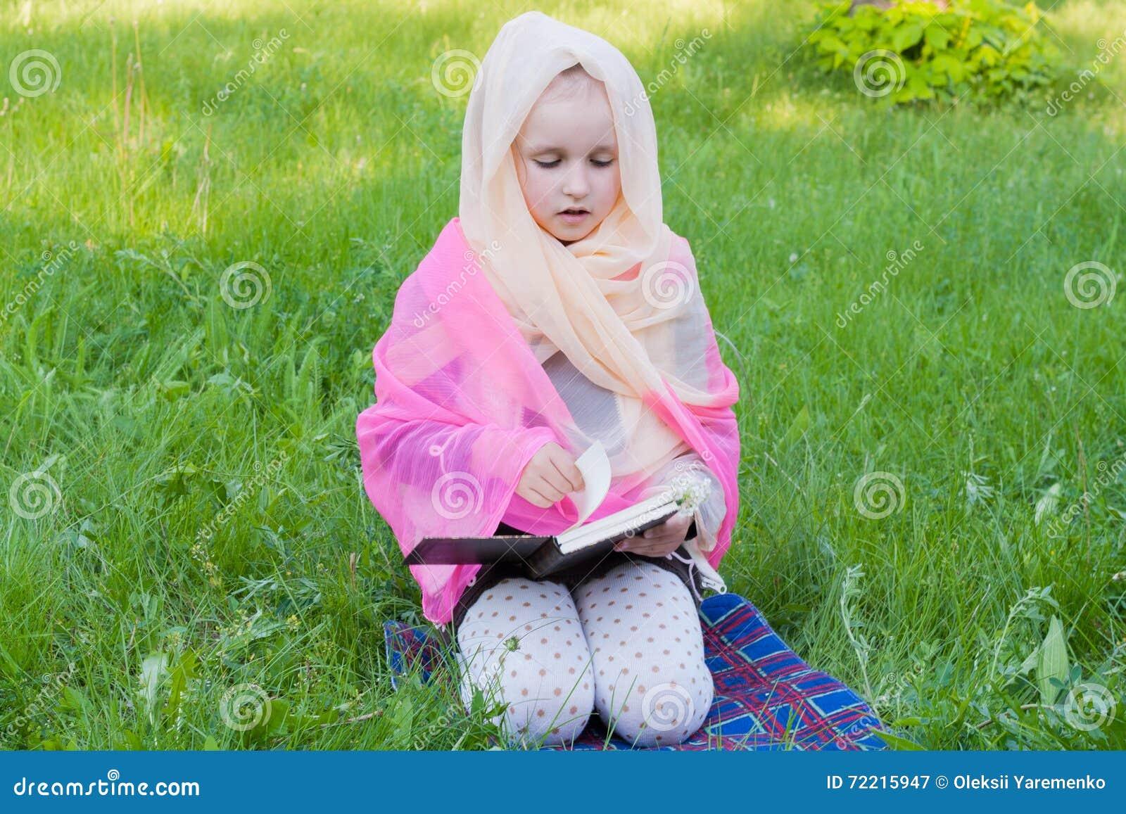 Het kind met het boek bij een les