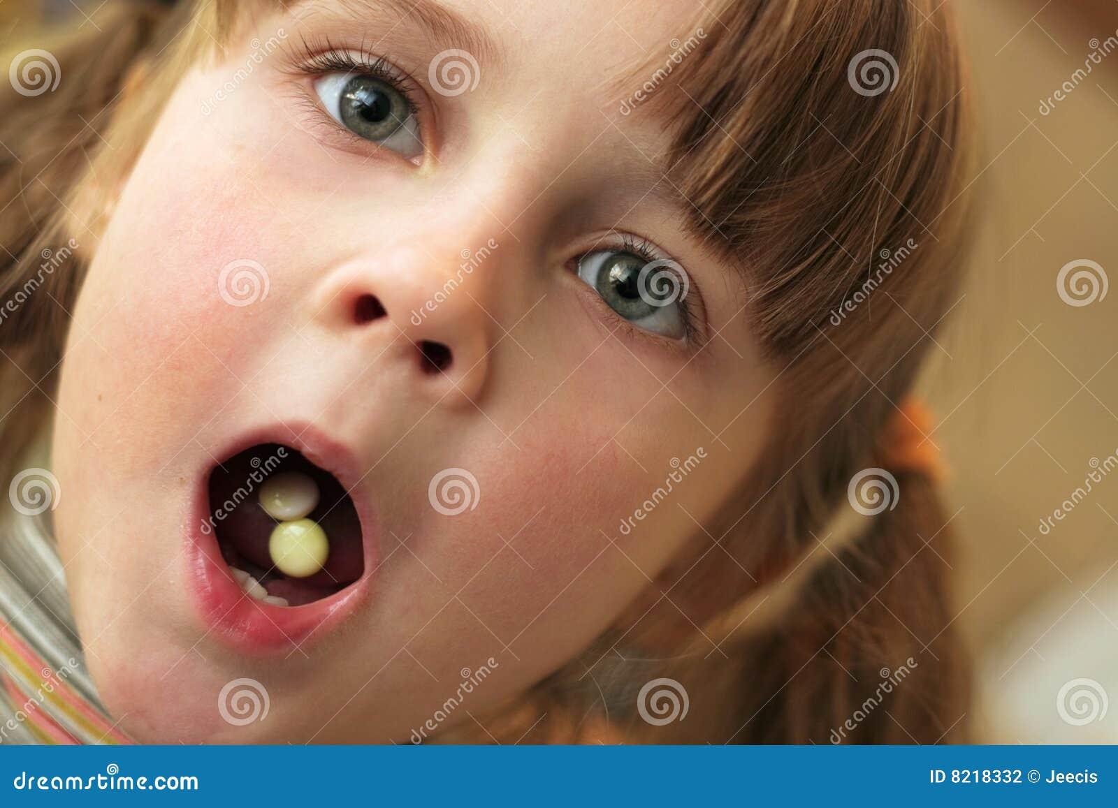 Het kind neemt drugs