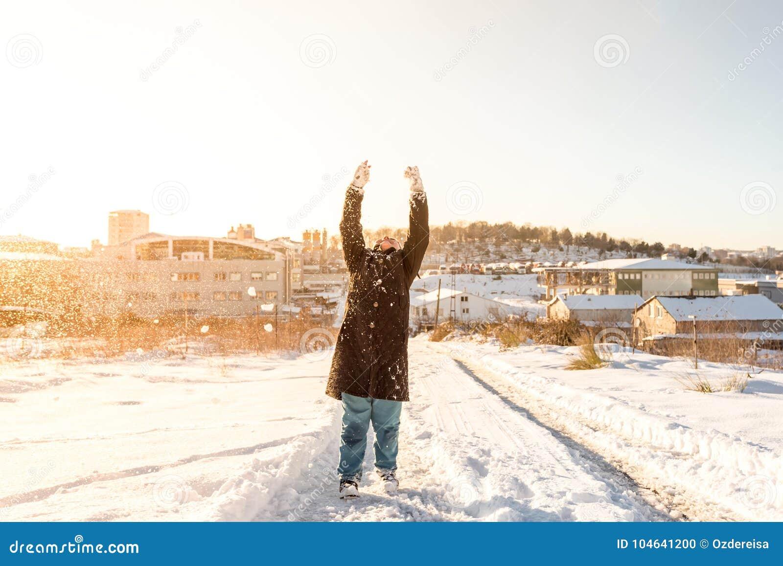 Download Het Kind Werpt Op Sneeuw Op Een Sneeuwdag In Istanbu Redactionele Afbeelding - Afbeelding bestaande uit spel, kajak: 104641200