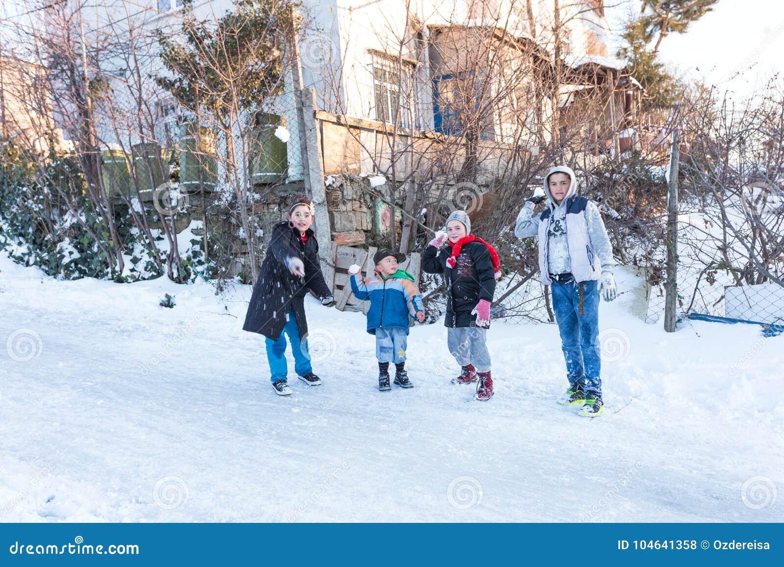 Het kind werpt op sneeuw op een sneeuwdag in Istanbu