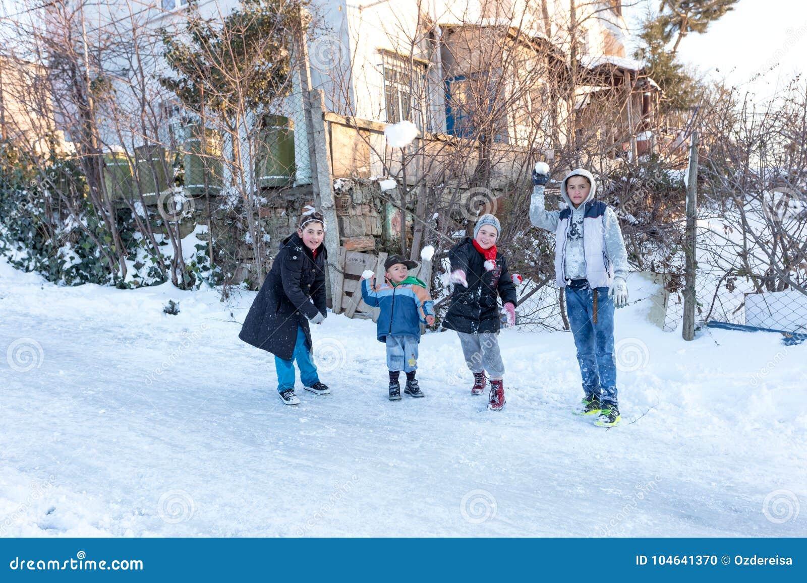 Download Het Kind Werpt Op Sneeuw Op Een Sneeuwdag In Istanbu Redactionele Afbeelding - Afbeelding bestaande uit hardhout, mirthful: 104641370