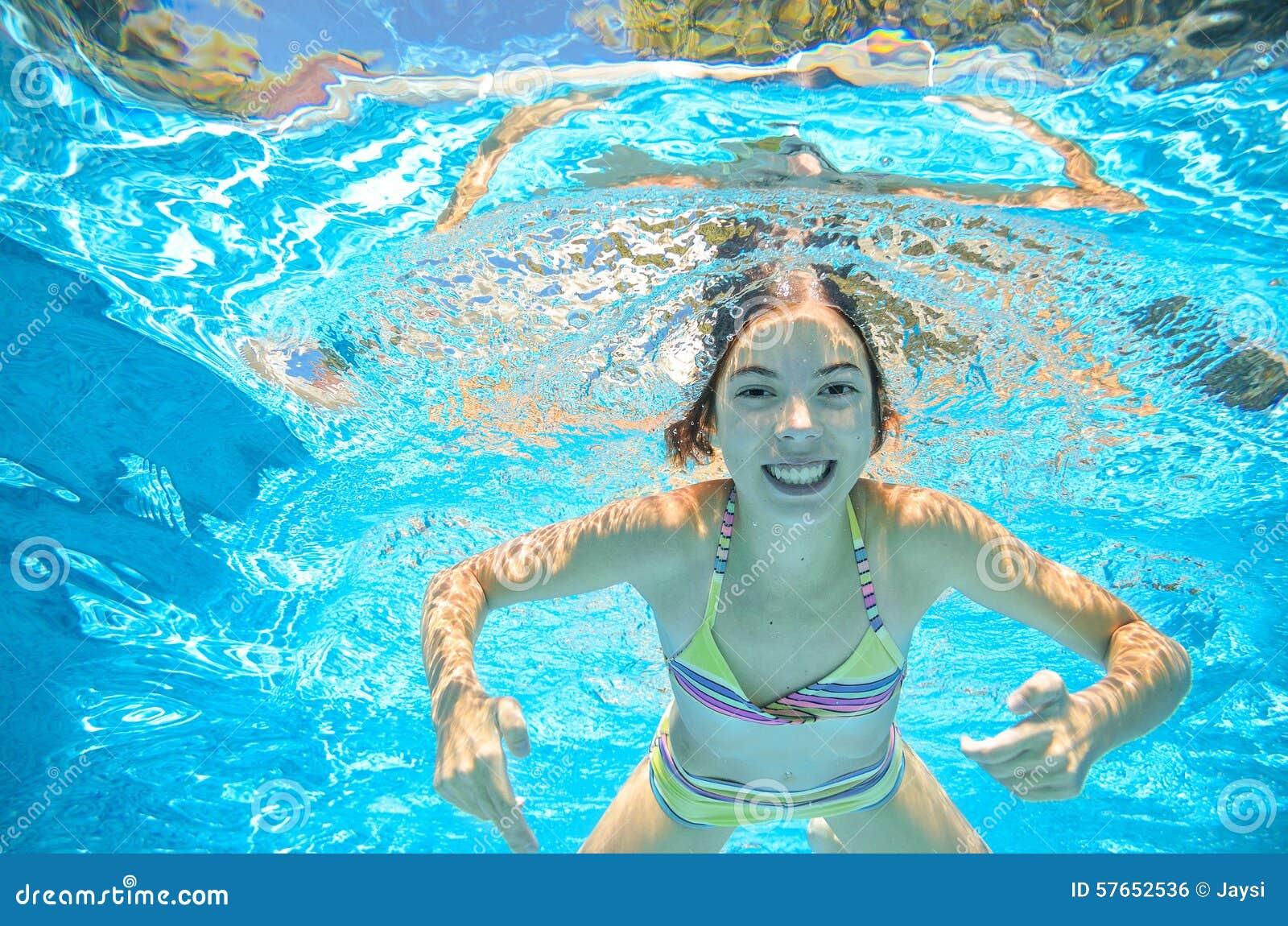 Het kind zwemt in pool onderwater, heeft het meisje pret in water