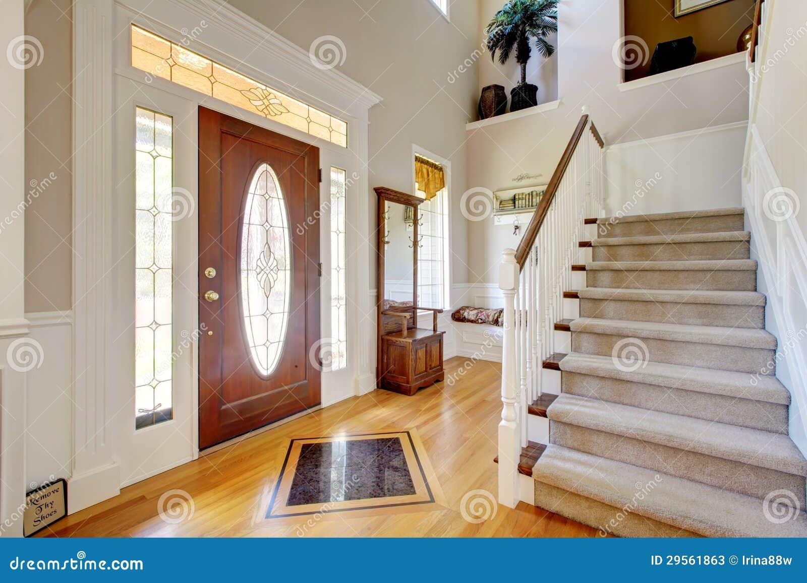 Het klassieke amerikaanse binnenland van de huisingang met trap stock foto 39 s afbeelding 29561863 - De trap van de bistro ...