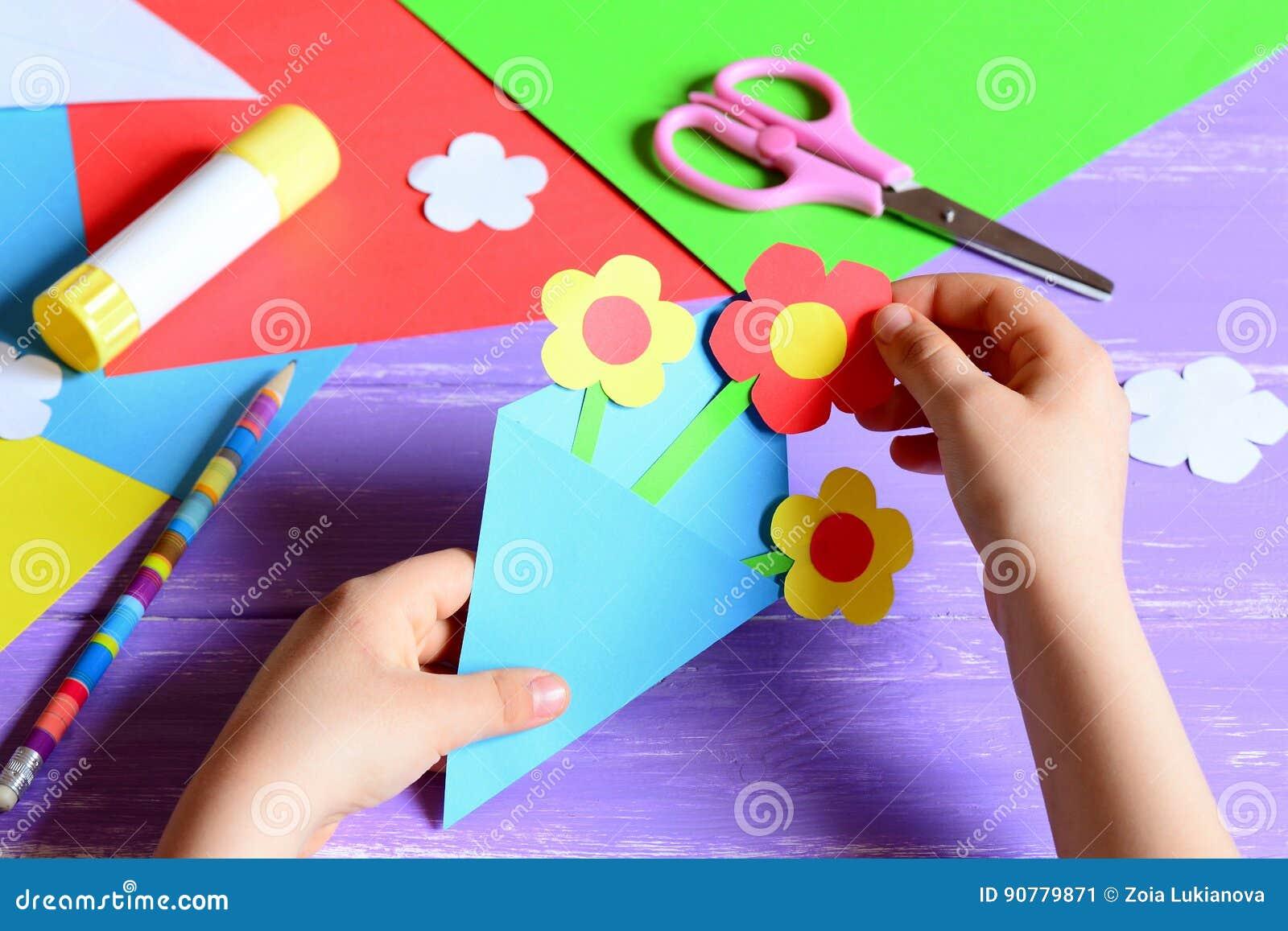 Het kleine kind maakt document ambachten voor moeder` s dag of verjaardag Klein kind die document bloemen voor mamma doen Eenvoud