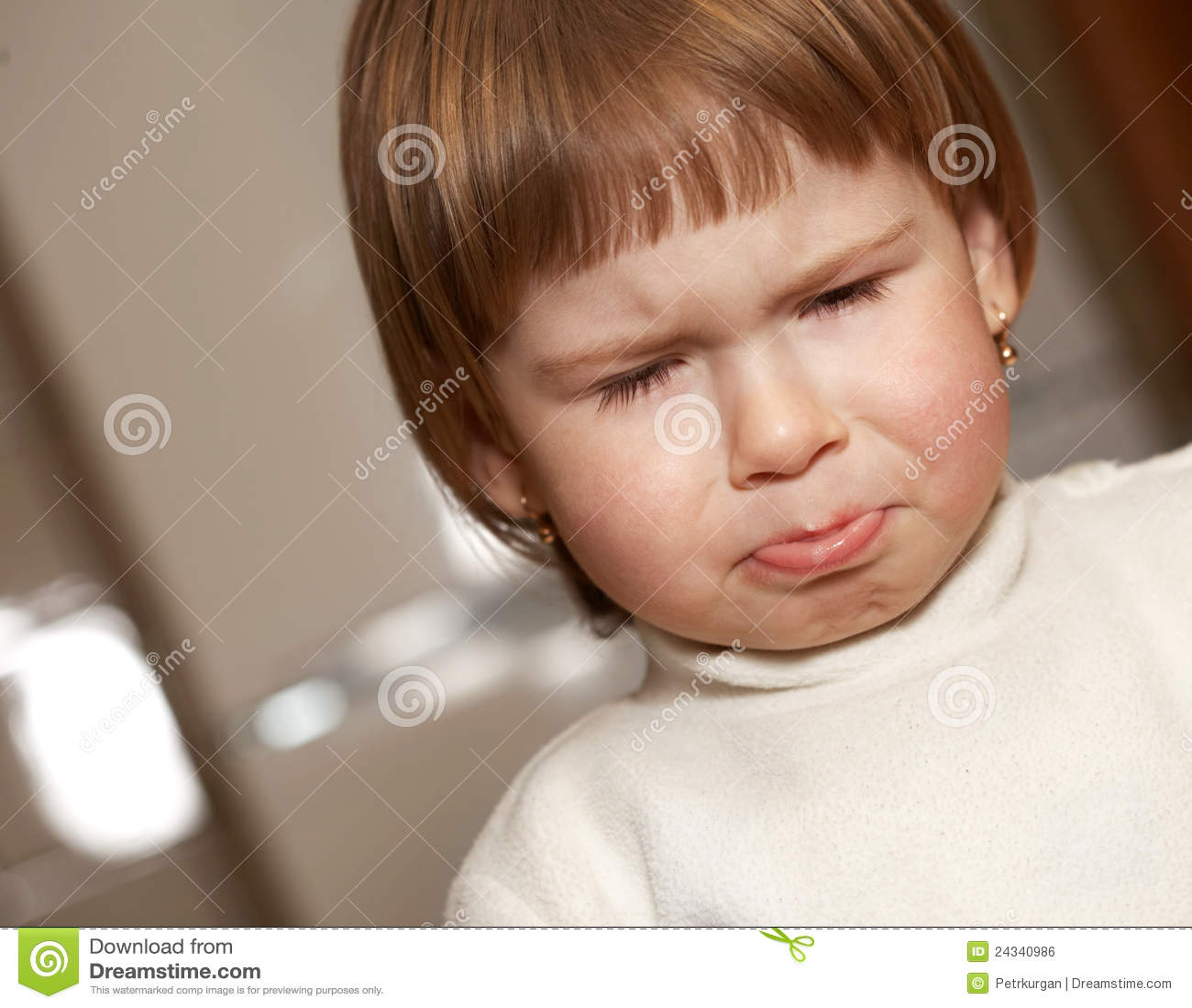 Het kleine meisje huilt stock foto afbeelding bestaande uit kind 24340986 - Foto slaapkamer klein meisje ...