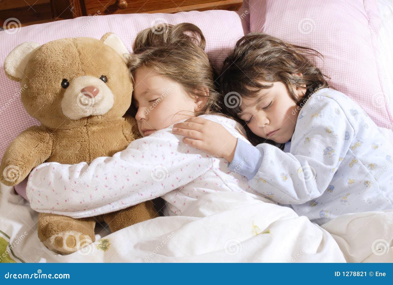 Het kleine meisjes slapen stock afbeelding beeld 1278821 - Bed voor een klein meisje ...