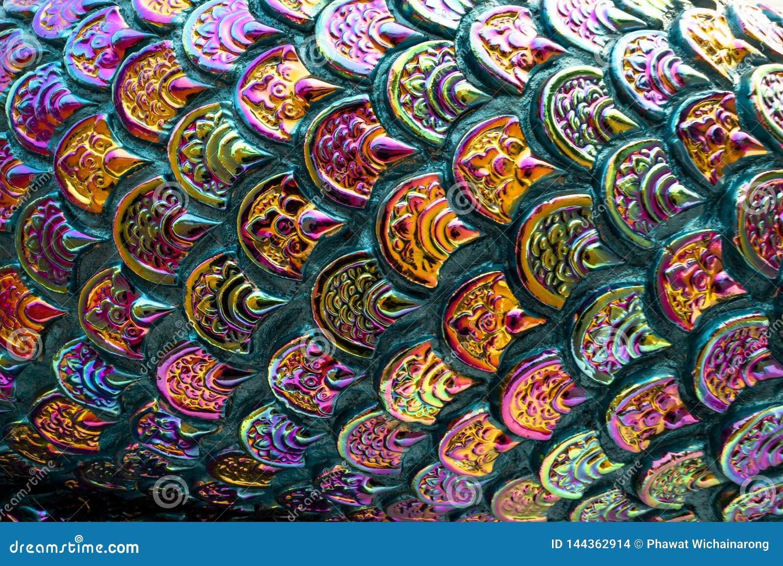 Het kleurrijke patroon van de vissenschaal met ruwe textuur