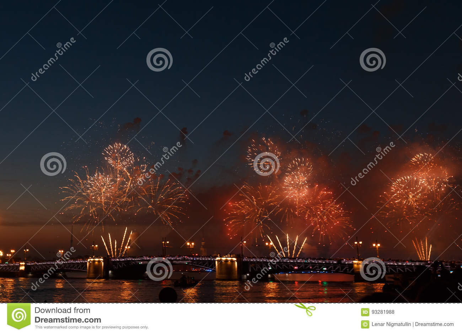 Het kleurrijke vuurwerk denkt van water, mooi bruglandschap na