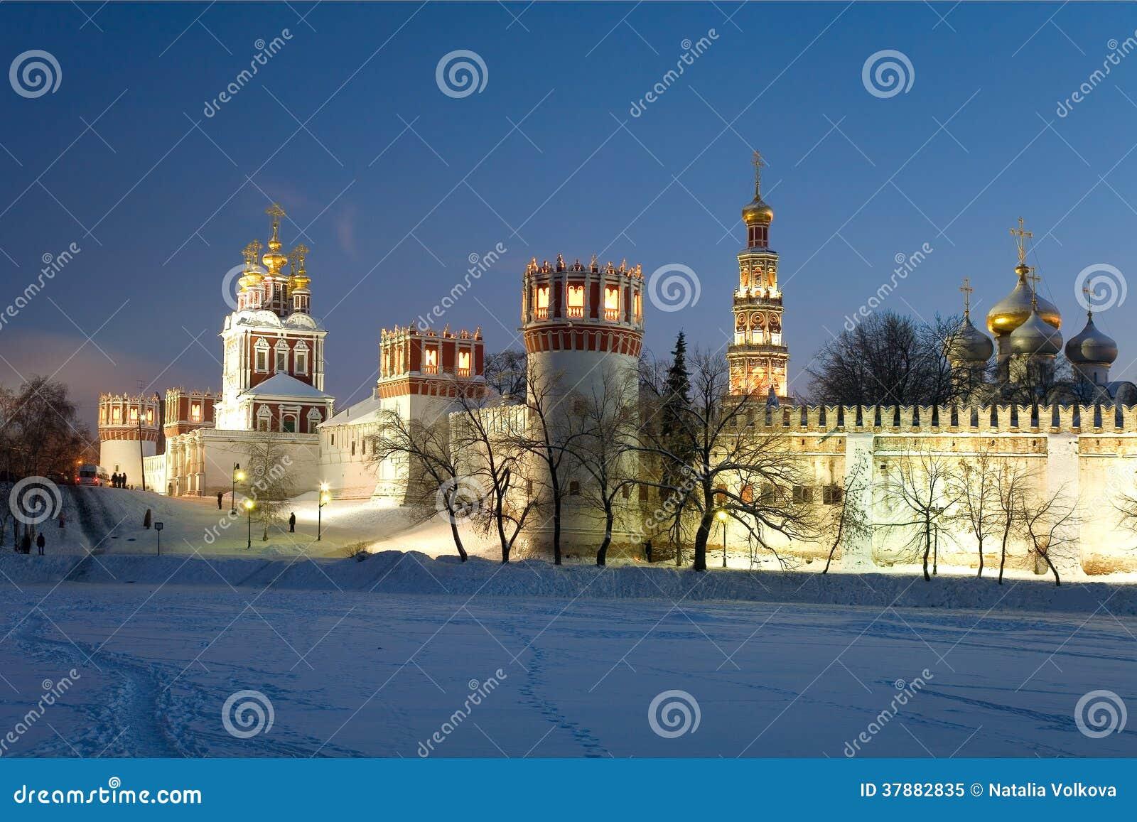 Het klooster van Novodevichyvrouwen bij nacht. Moskou. Rusland