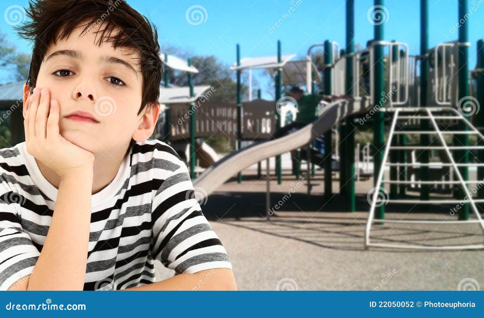 Het knappe Jonge Kind van de Jongen Bored bij Park.