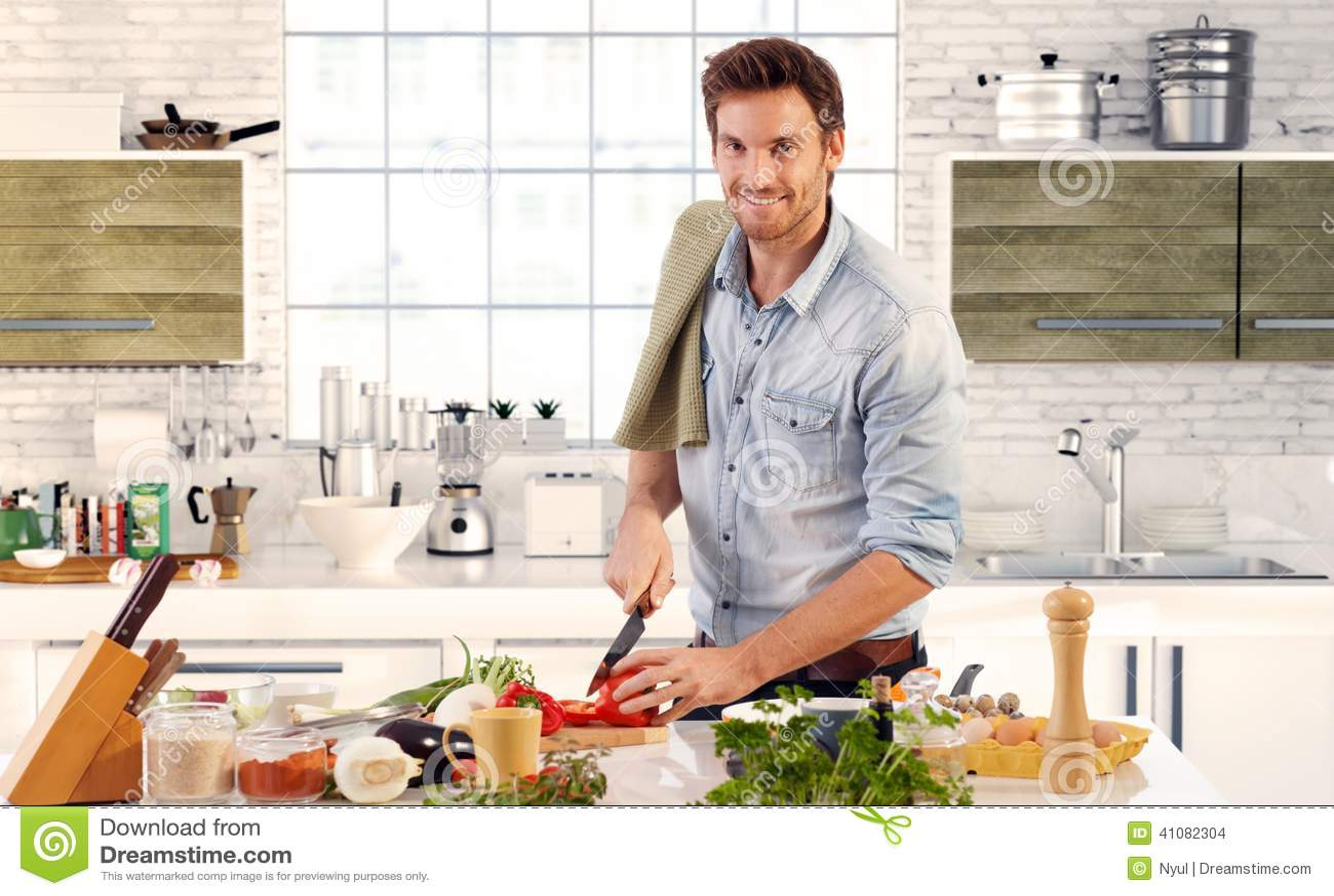 Het knappe mens koken in keuken thuis