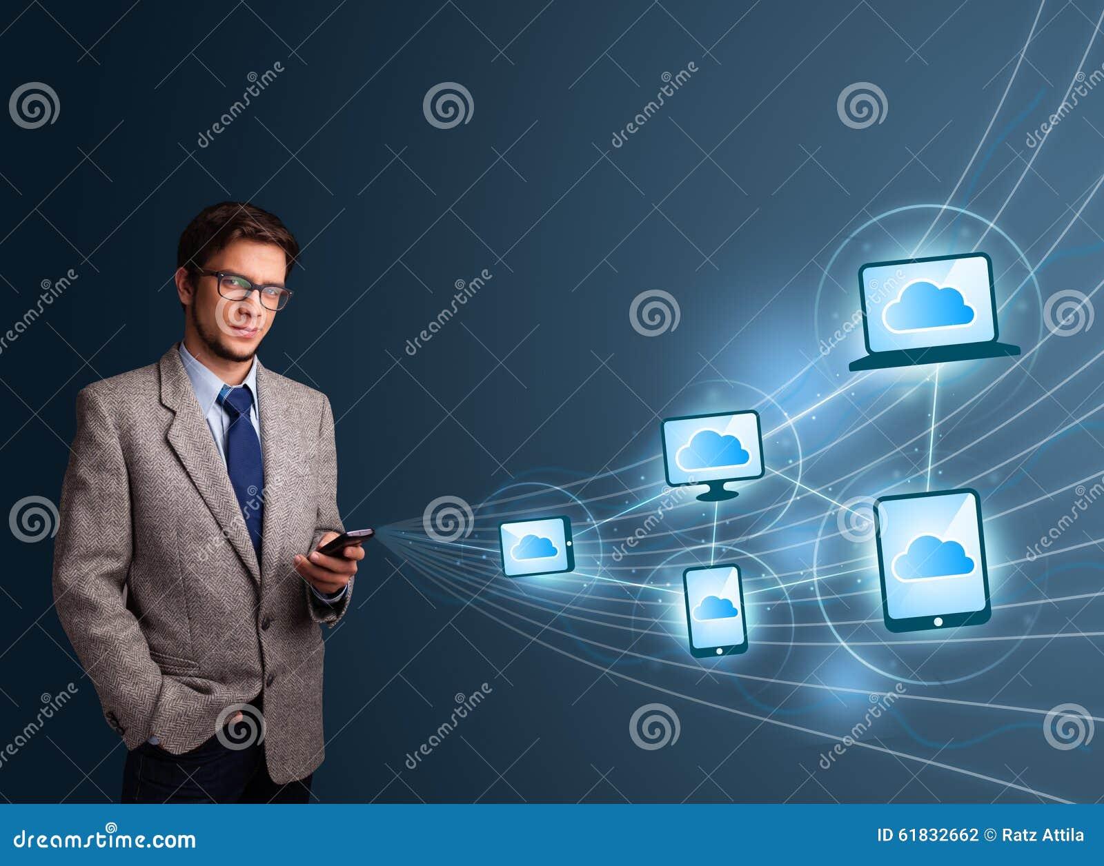 Het knappe mens typen op smartphone met wolk gegevensverwerking