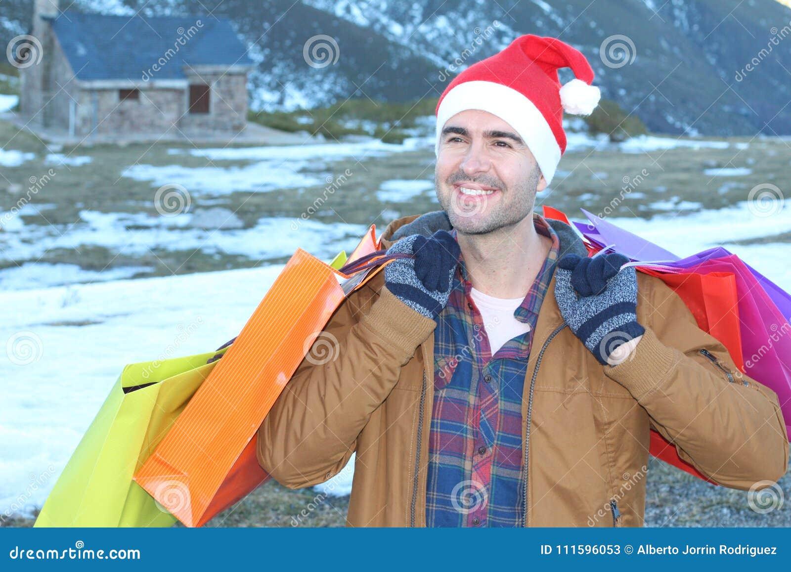 Het knappe mens winkelen huidig voor zijn gehouden van degenen
