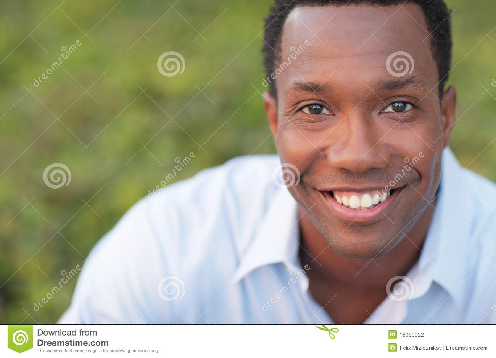 Het knappe zwarte mens glimlachen
