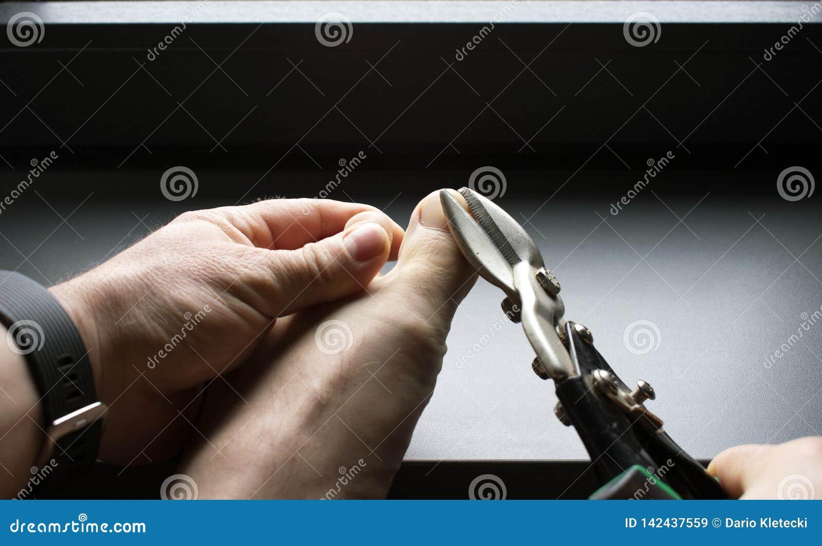 Het knippen van teennagels met bladmetaalschaar