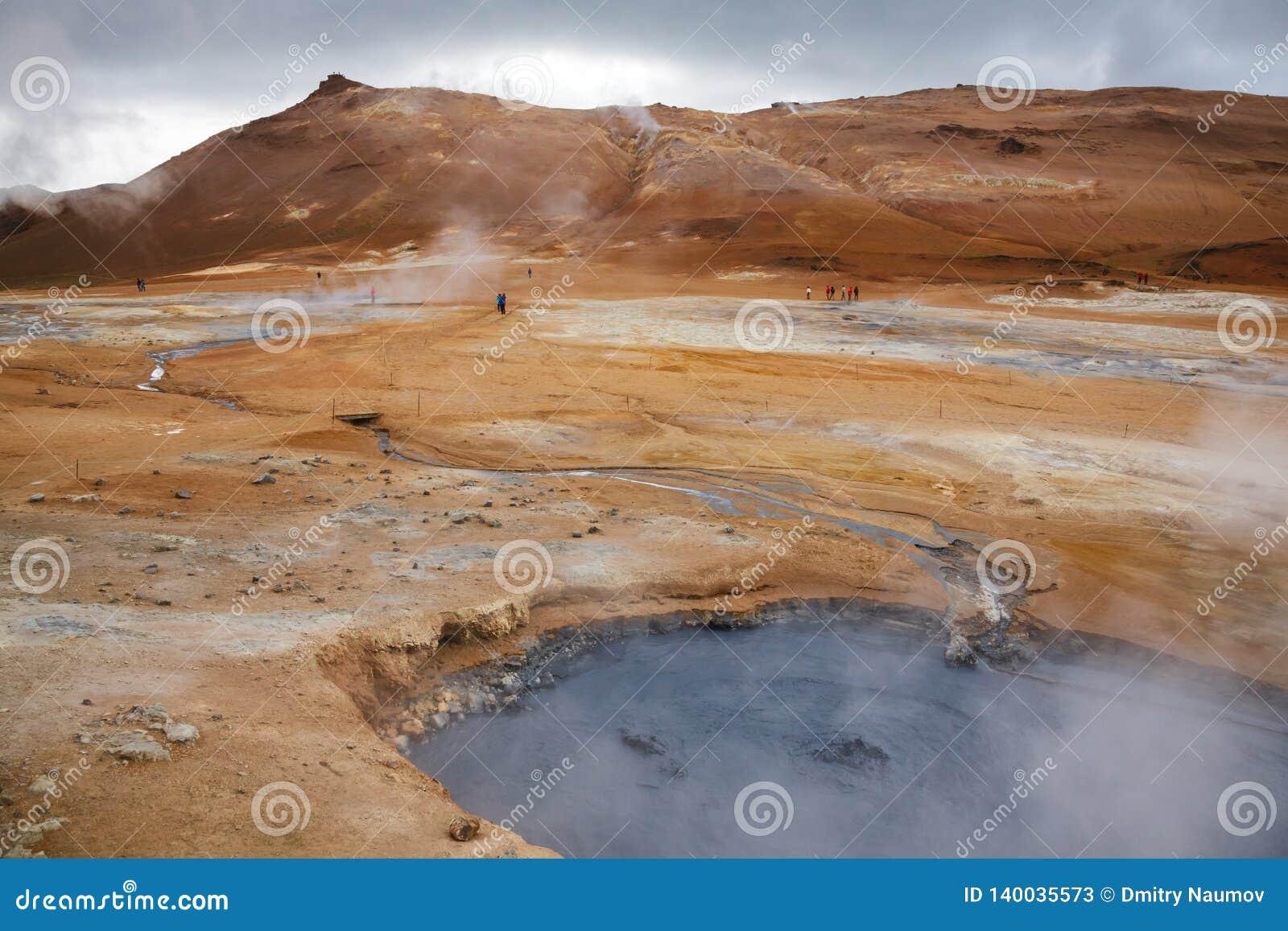 Het koken het geothermische gebied Namafjall Myvatn Noordoostelijk IJsland Scandinavië van mudpoolhverir