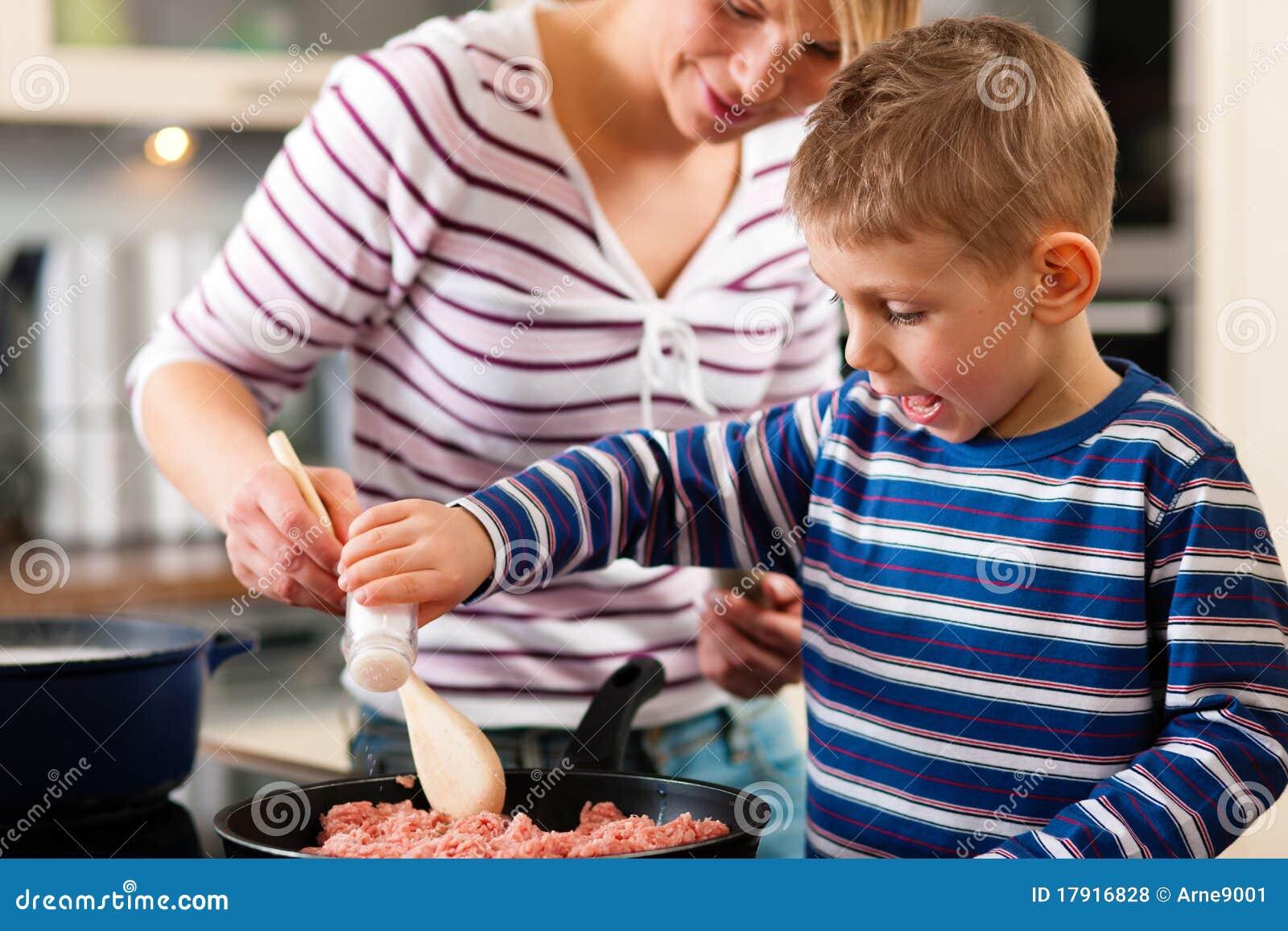 Het koken van de familie in keuken