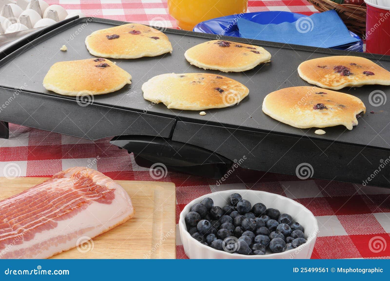 Het koken van Hotcakes op het rooster