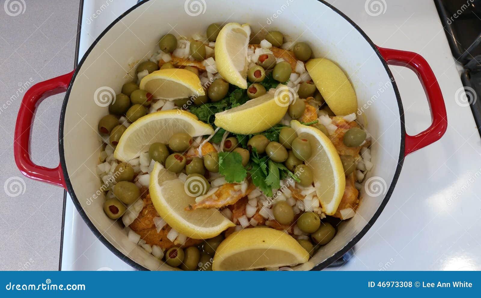Het koken van marokkaanse kip met citroen en olijven stock foto beeld 46973308 for Beeldkoken