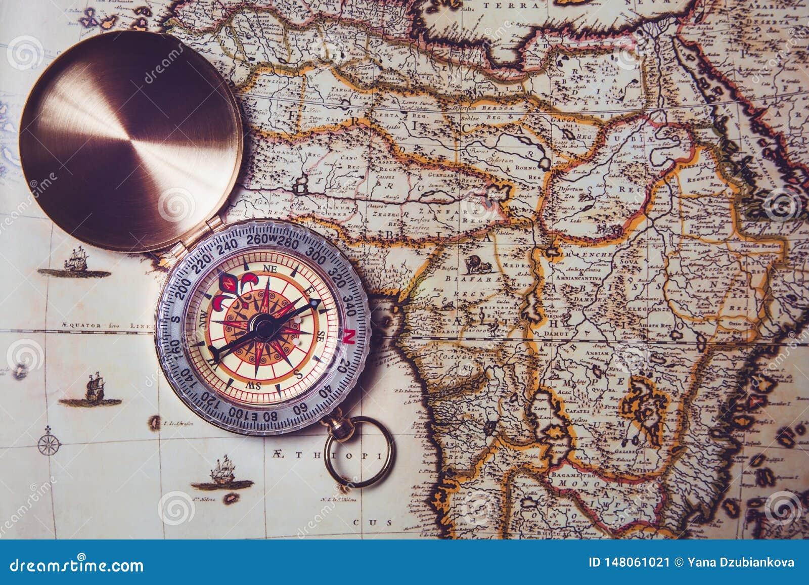 Het kompas ligt op een oude kaart Richtlijn ter plaatse door kompas