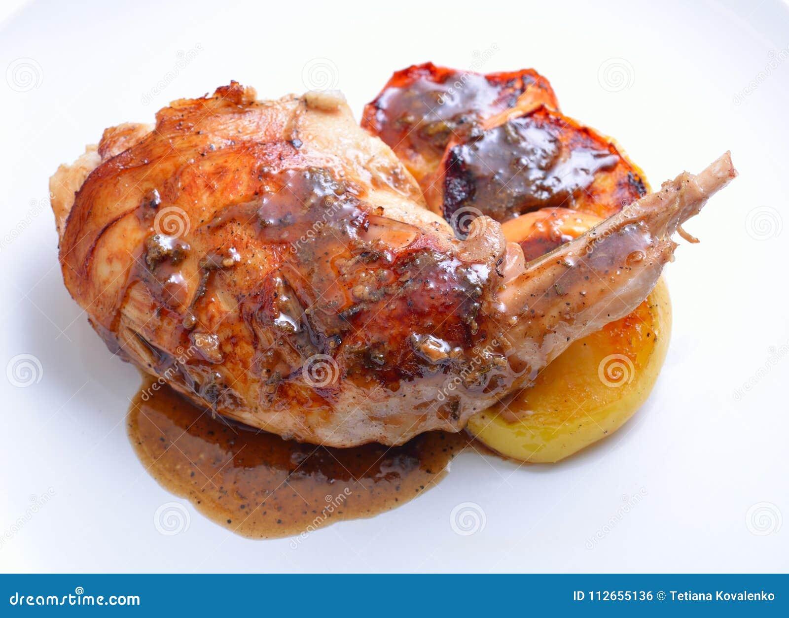 Het konijnbeen van Sousvide met sous en geroosterde appel op witte plaat