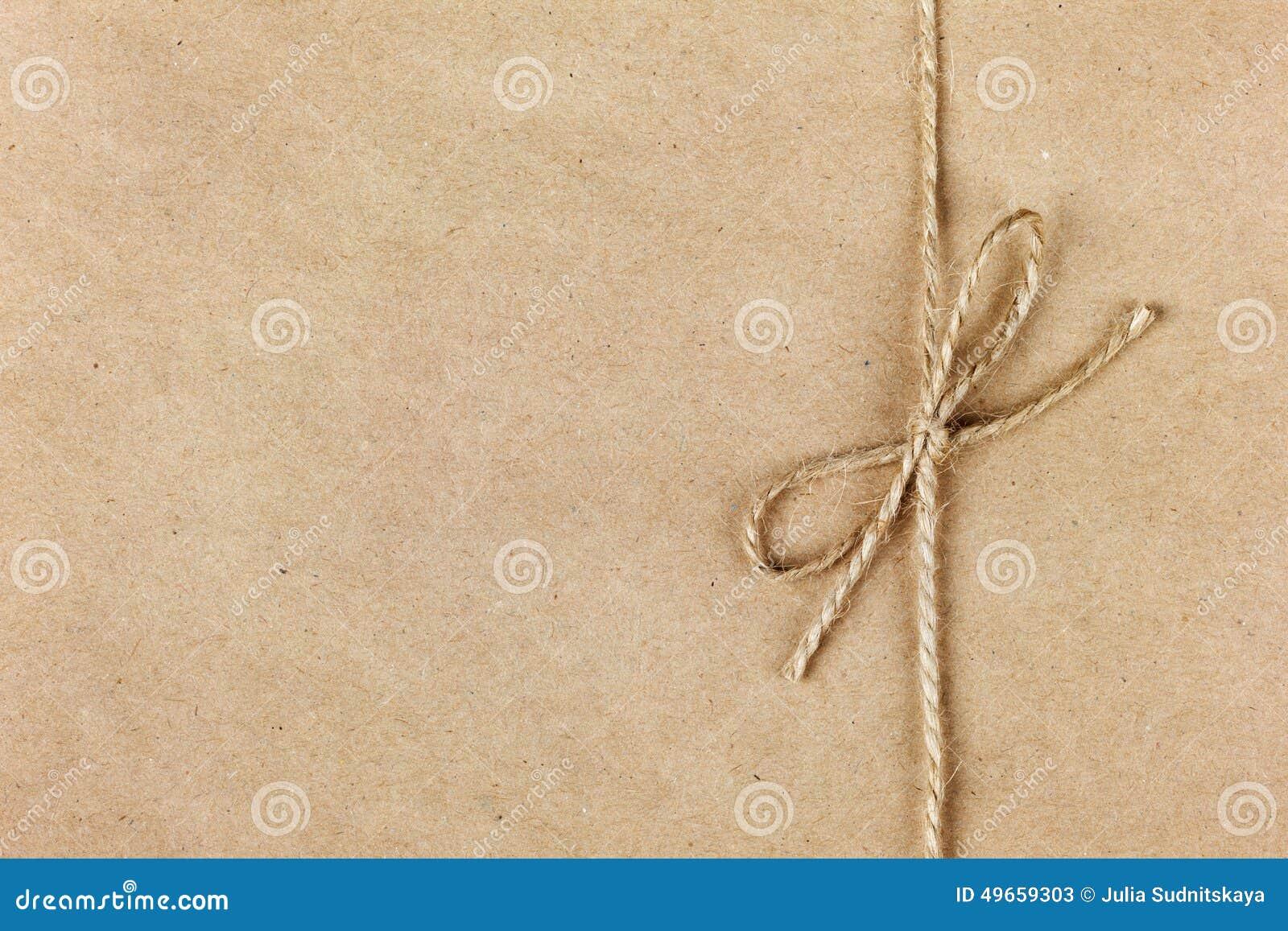 Het koord of de streng bond een boog op kraftpapier-document vast