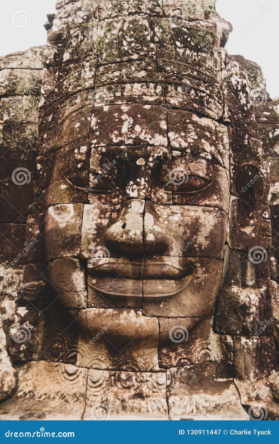 Het korstmos-behandelde Steen Hoofdstandbeeld gezicht- in Angkor Wat, Siem oogst, Kambodja, Indochina, Azië - zie in kleur onder