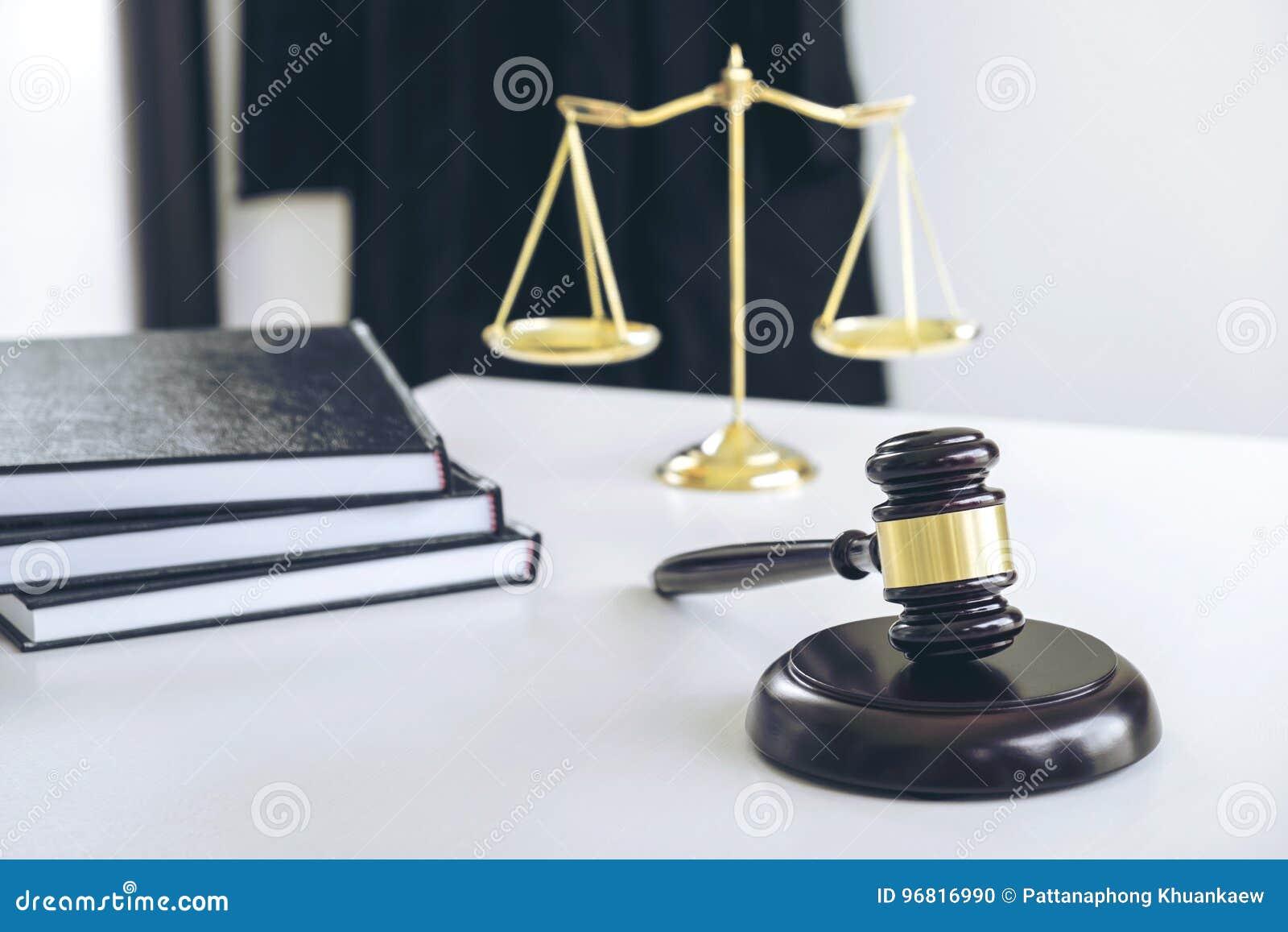 Het kostuum van de procureur, Wetsboeken, een hamer en schalen van rechtvaardigheid op w