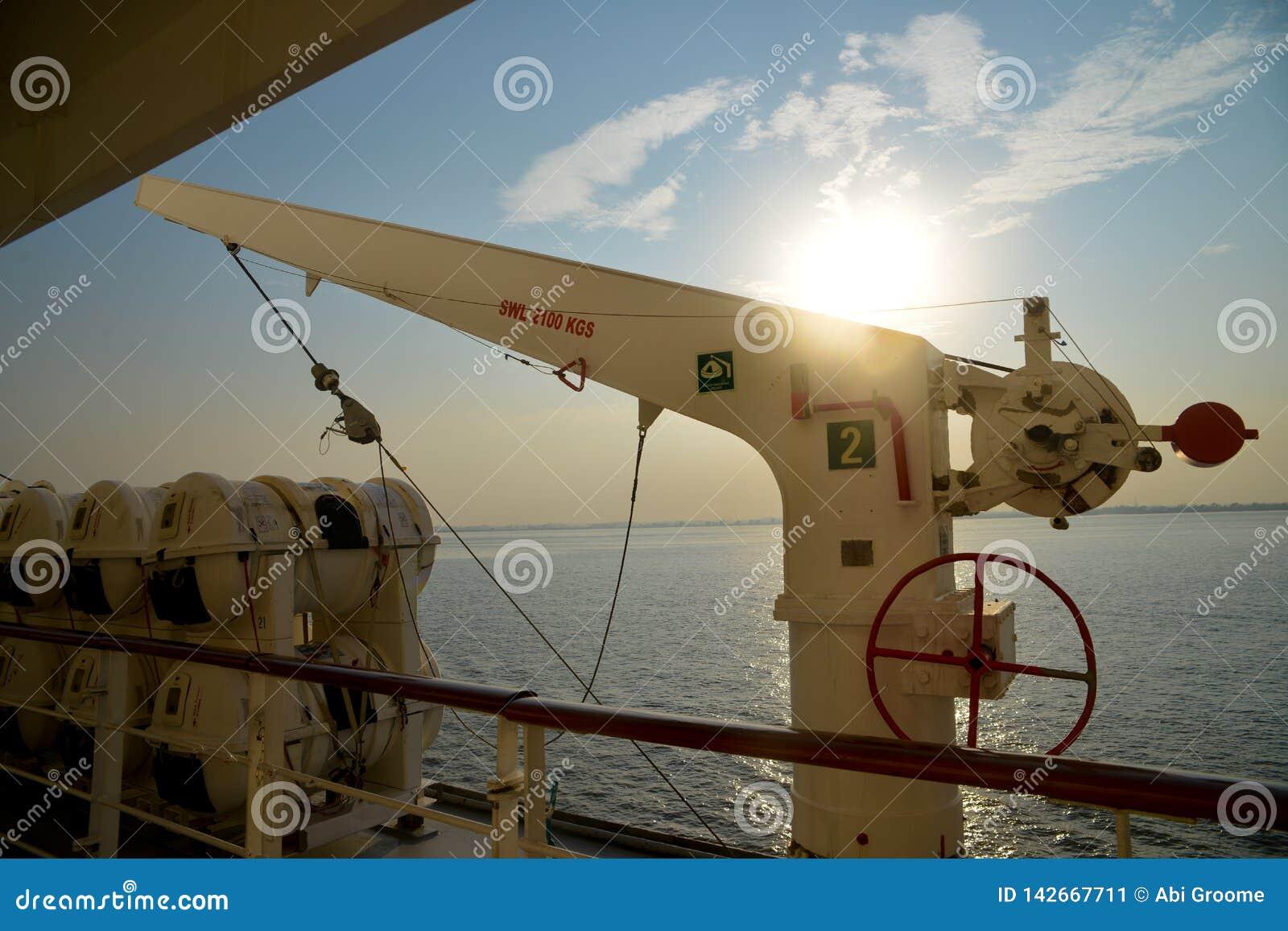 Het Kraanbalksysteem en de reddingsboten aan boord van een commercieel schip
