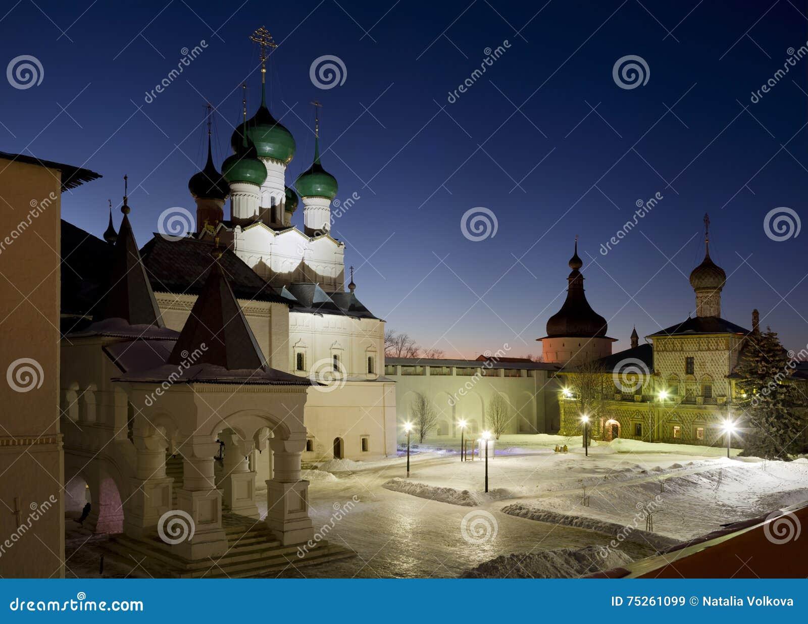 Het Kremlin van Rostov Groot bij nacht, de toren, de Kerk van Hodigitria en Rode kamer