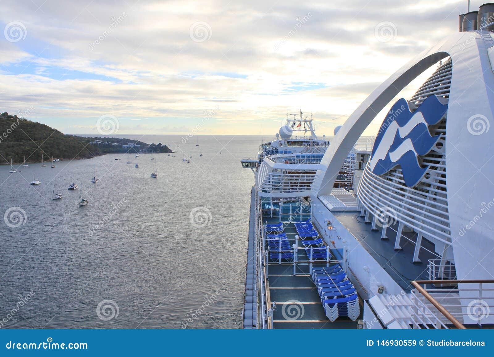 Het kroonprinsesschip vertrekt van Charlotte Amalie-haven op het eiland van Heilige Thomas