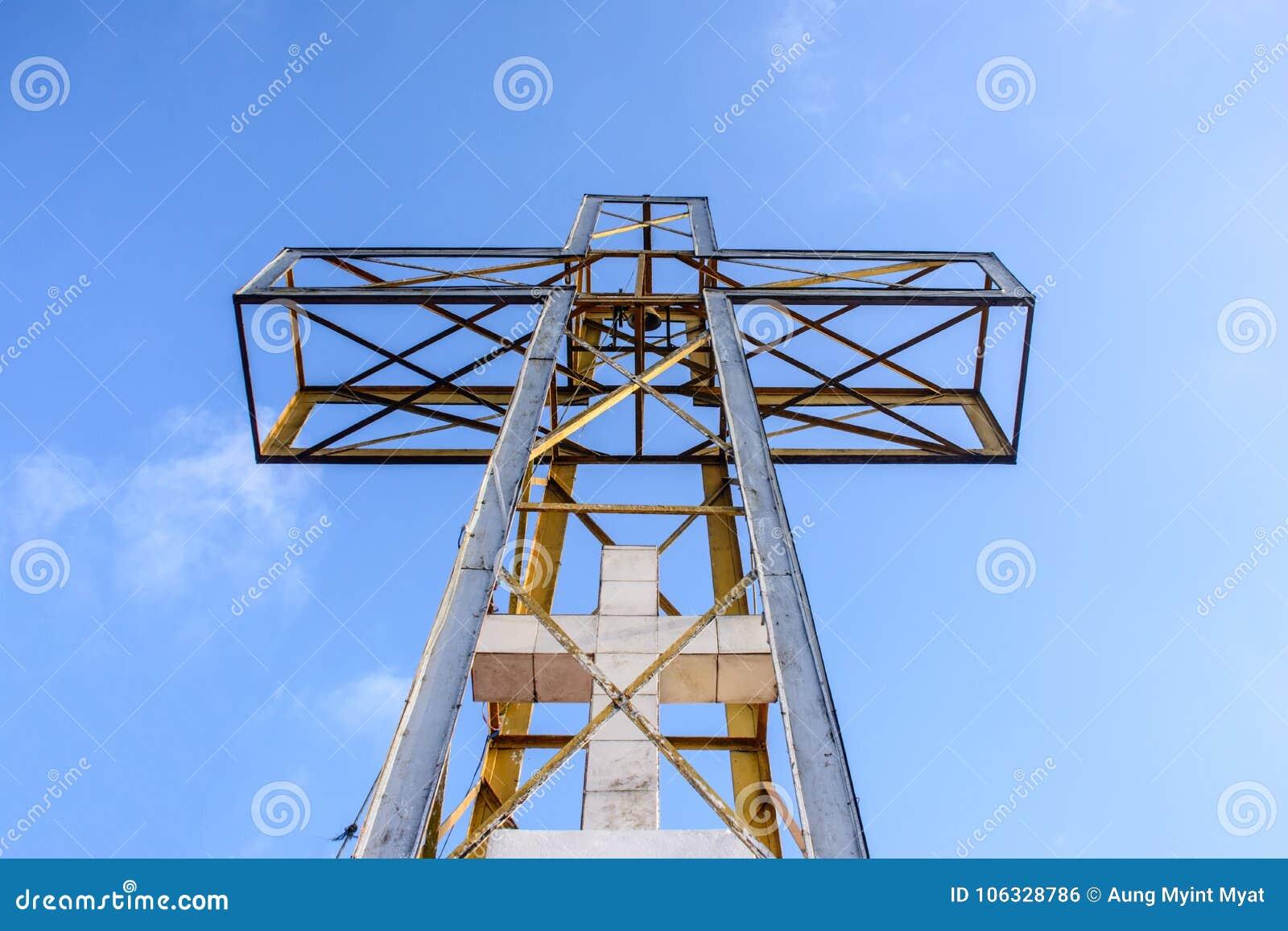 Het kruis met de blauwe hemel en de wolk