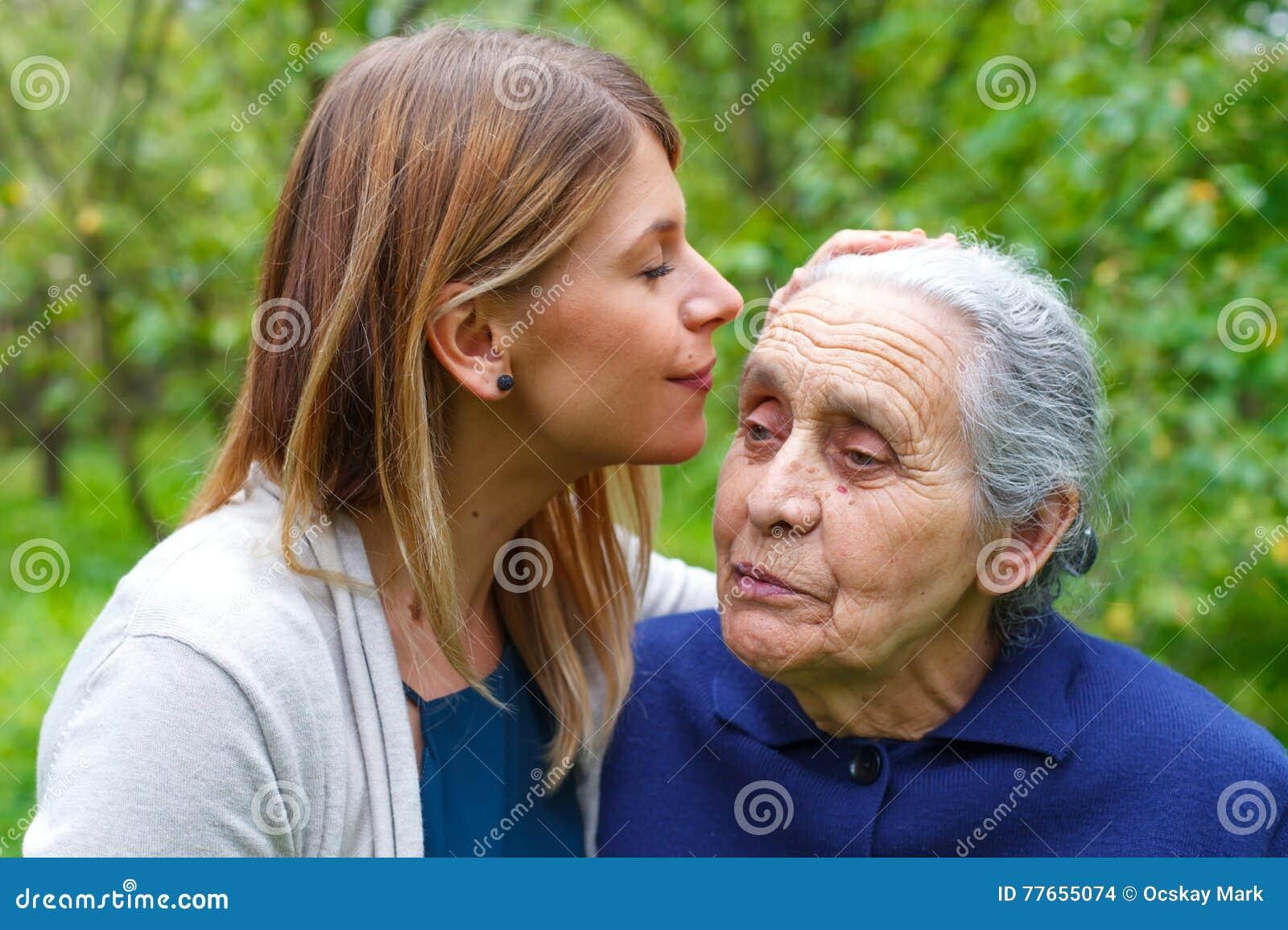 Het kussen grandma& x27; s voorhoofd