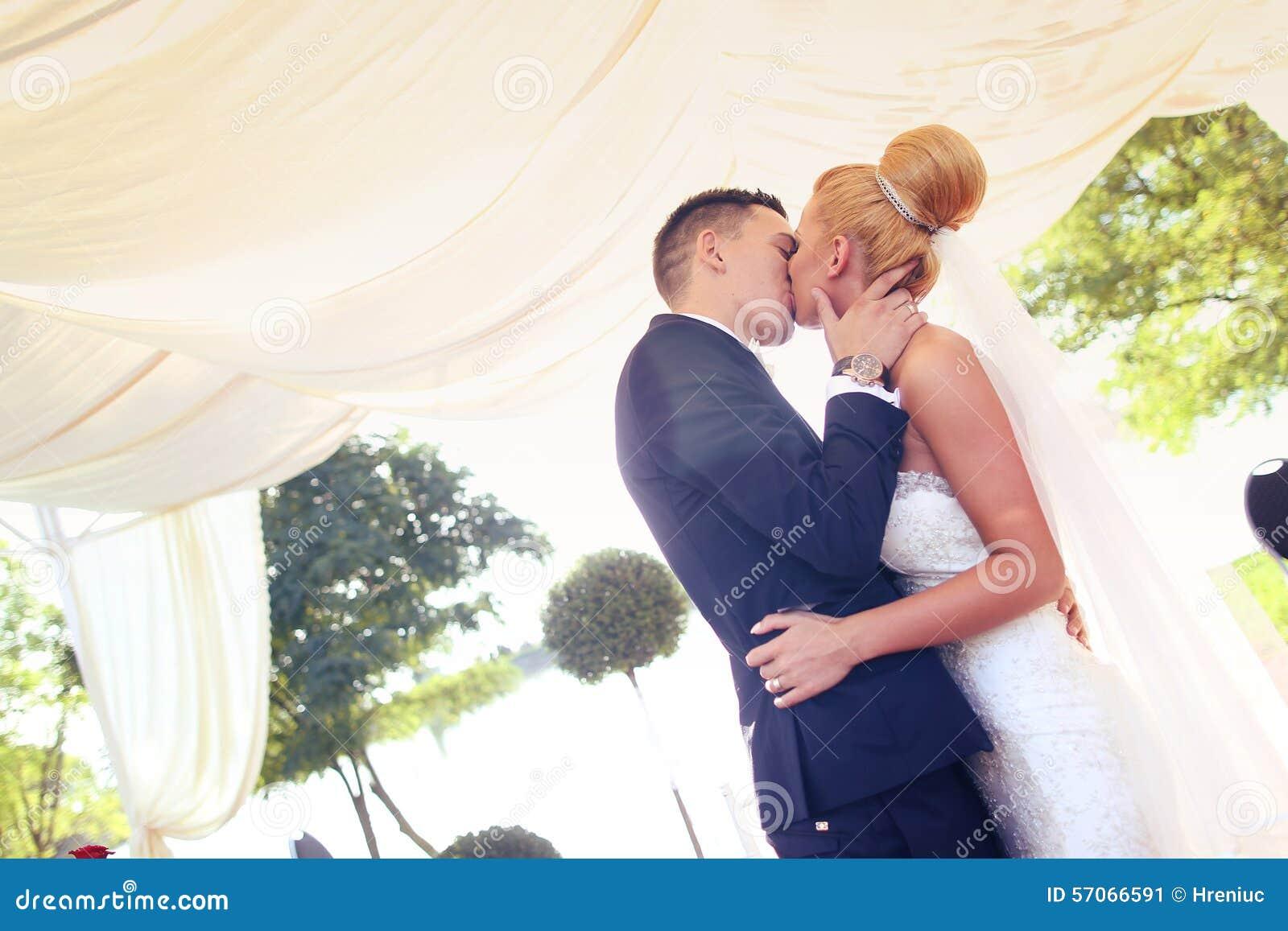 Het kussen van de bruidegom en van de bruid