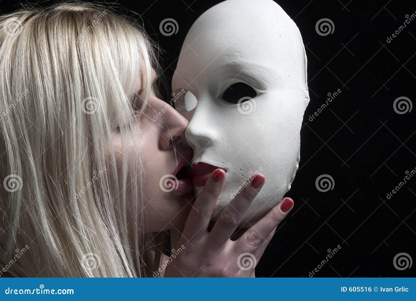 Het kussen van het masker