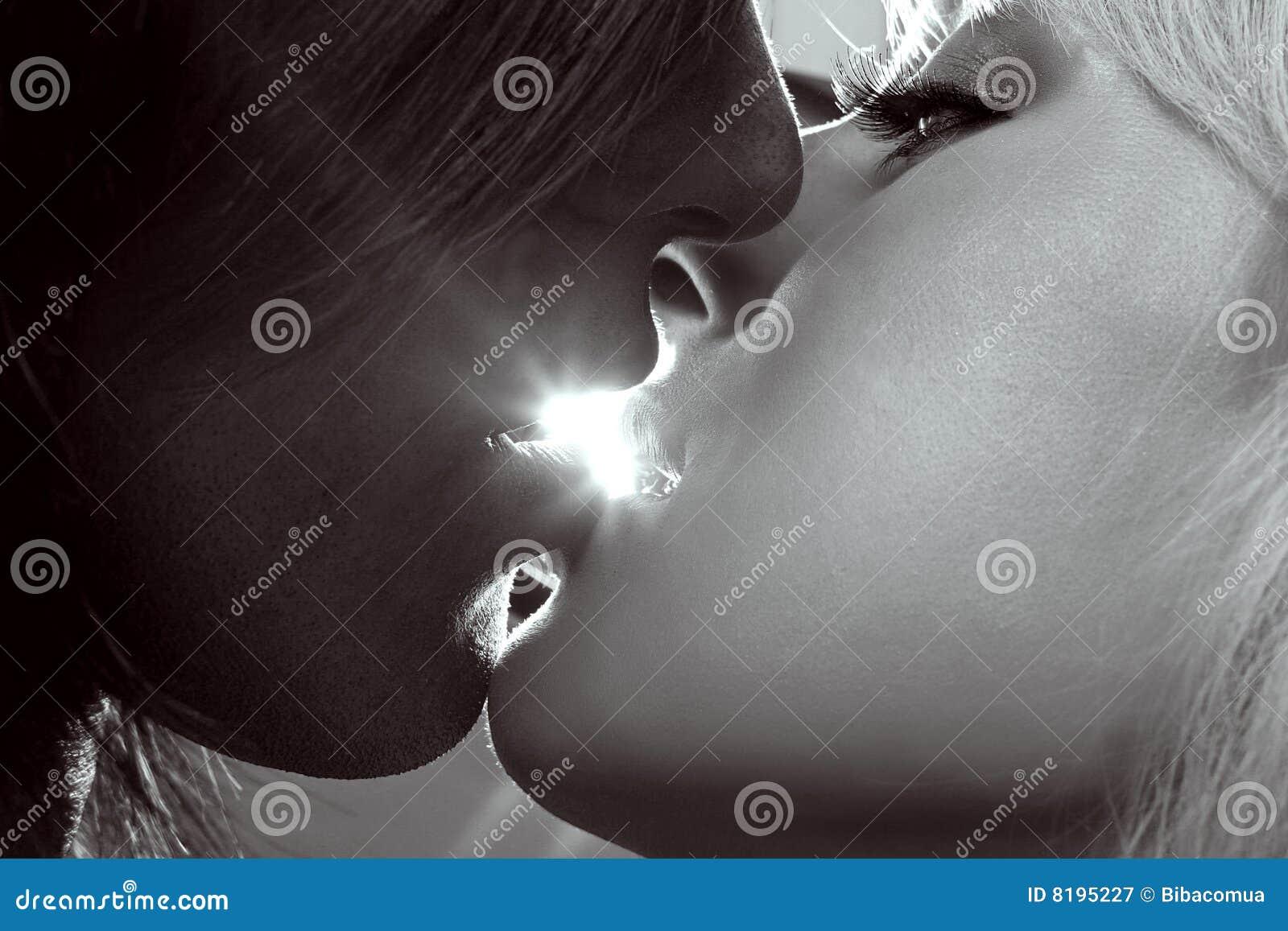 Het kussen van het paar