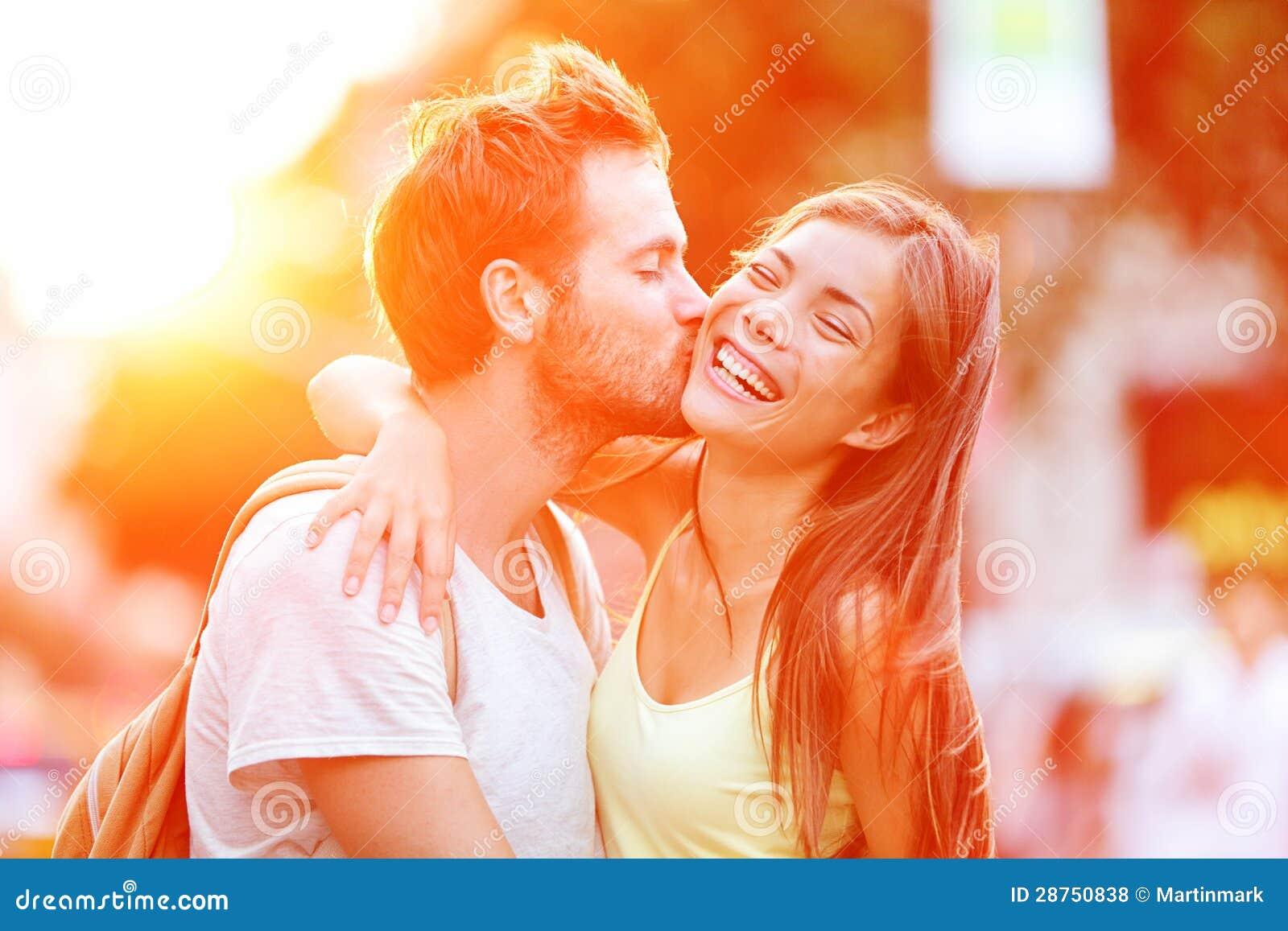 Het kussen van het paar pret