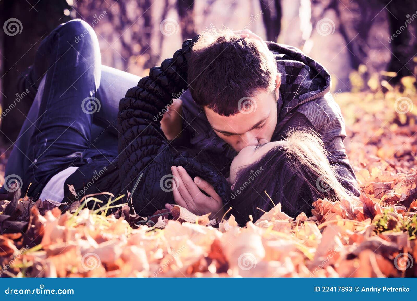 Het kussen van jong paar in liefde
