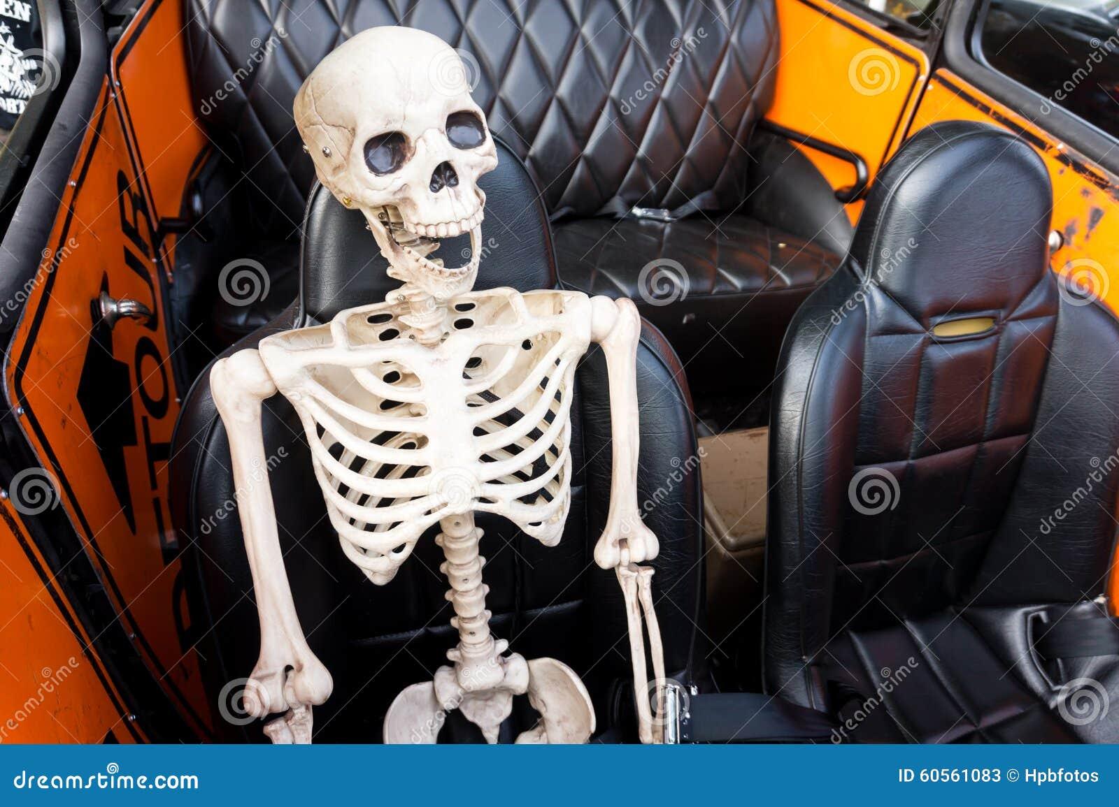 Het lachen Skelet in een Auto