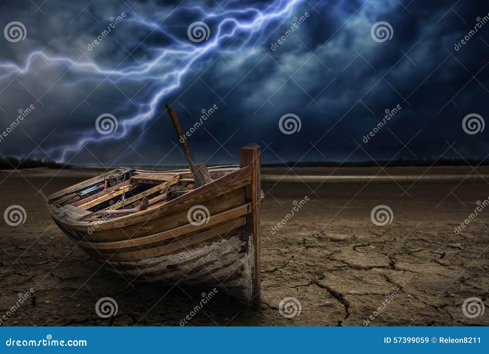 Het land van de bootneerstorting aan de droog en gebarsten grond Met bliksem st