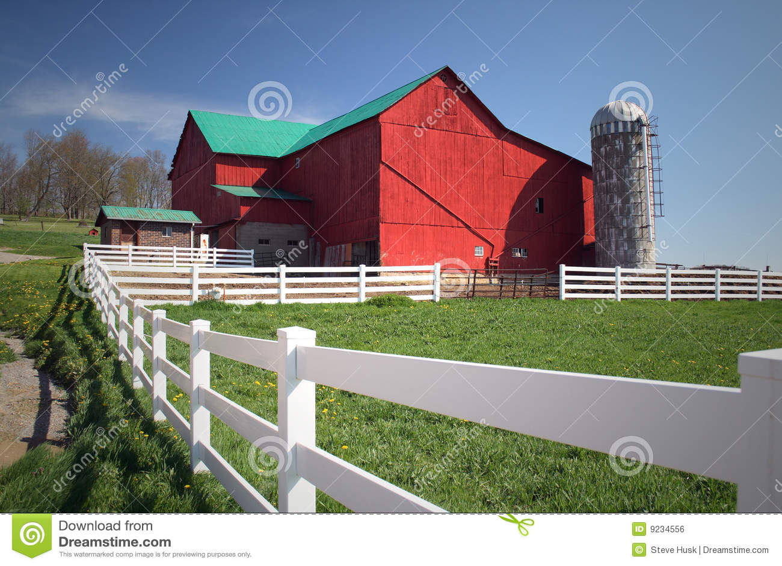 Het Landbouwbedrijf van Amish met rode schuur