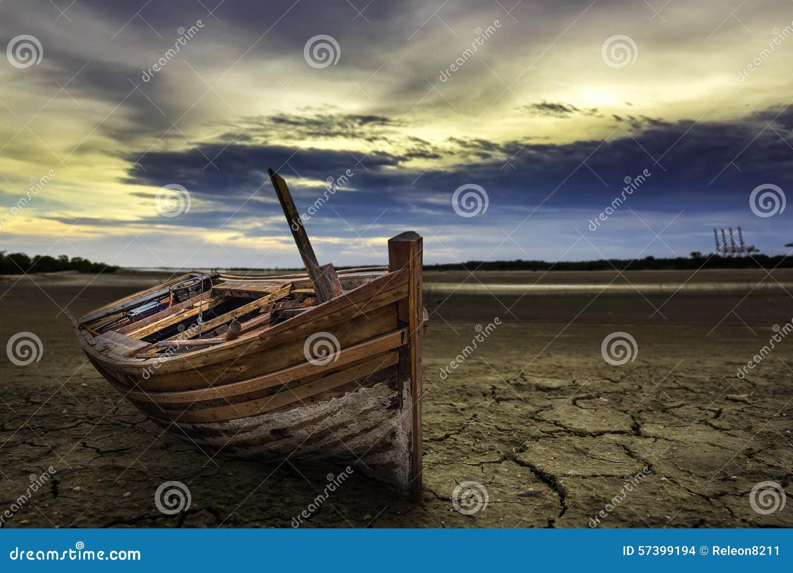 Het landende land van de bootneerstorting met droge en gebarsten grond Woestijn