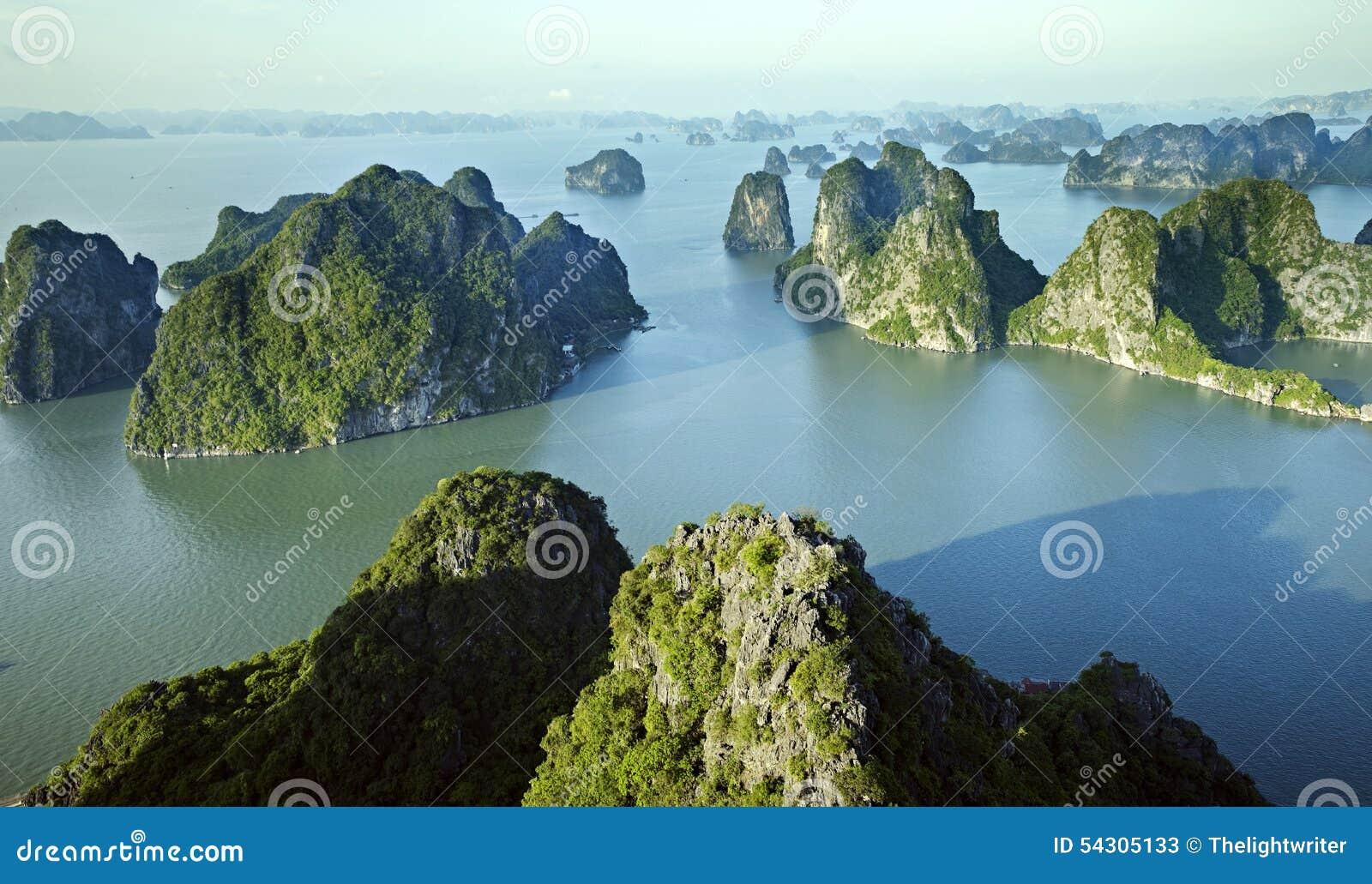 Het landschap van de Baai van Halong, Vietnam