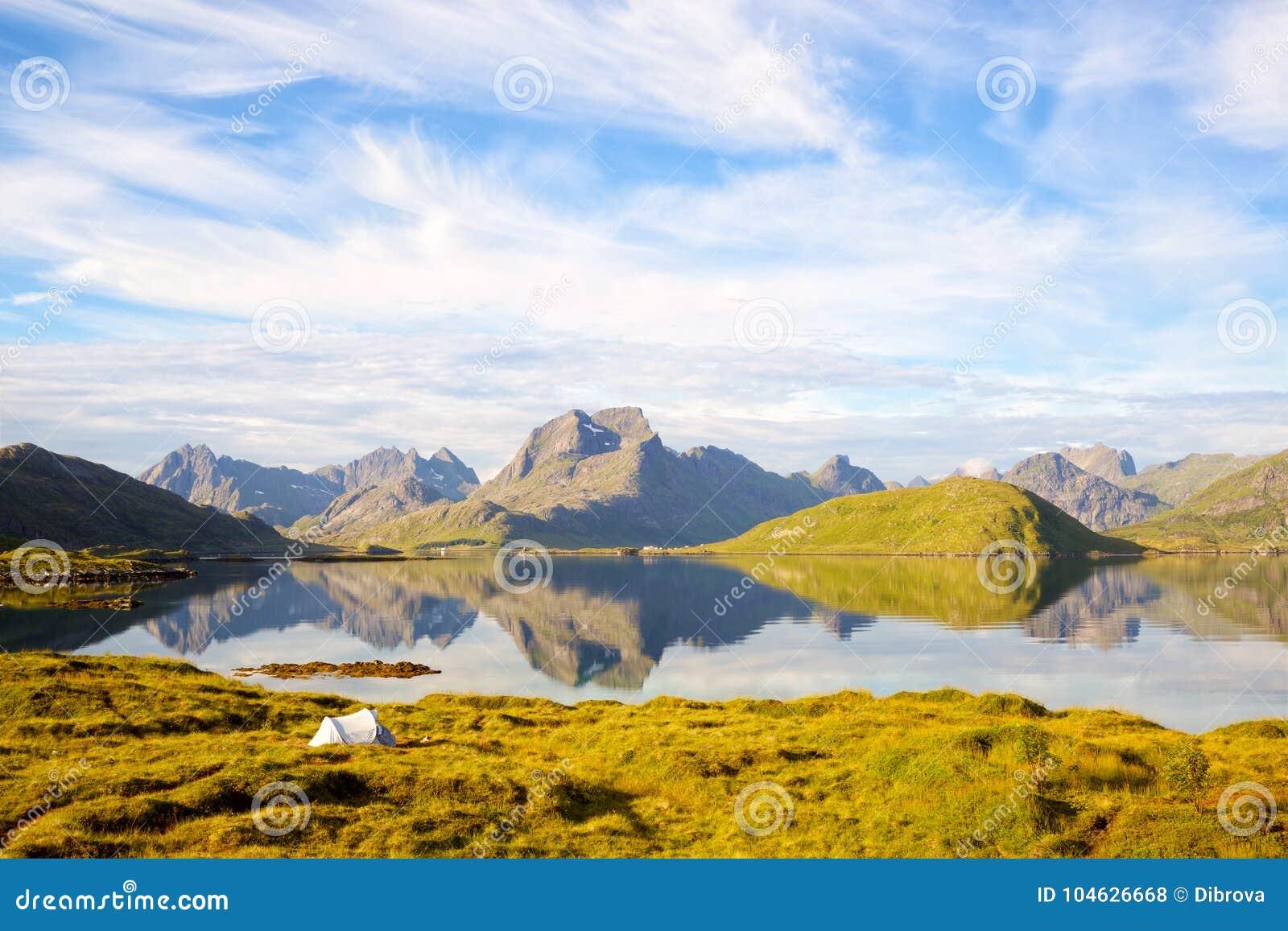Download Het Landschap Van De Eilanden Van Lofoten Stock Foto - Afbeelding bestaande uit tent, scandinavië: 104626668