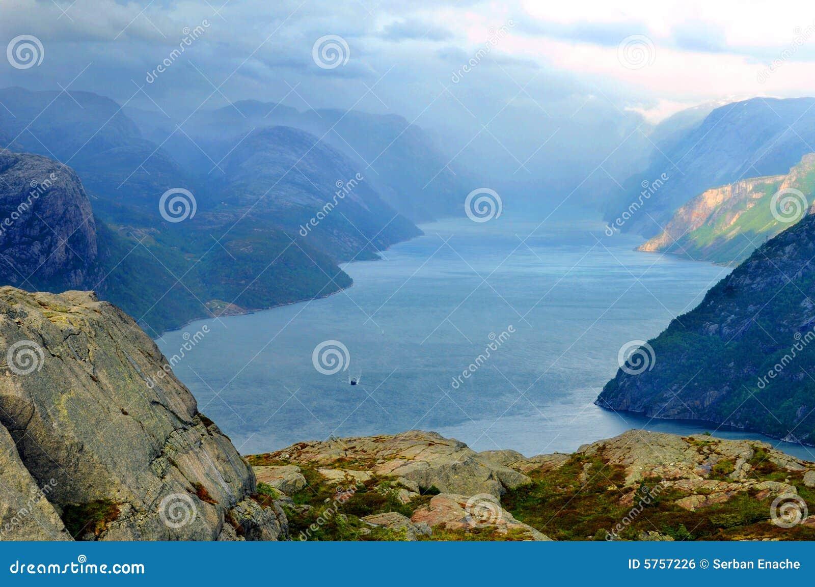 Het landschap van de fjord