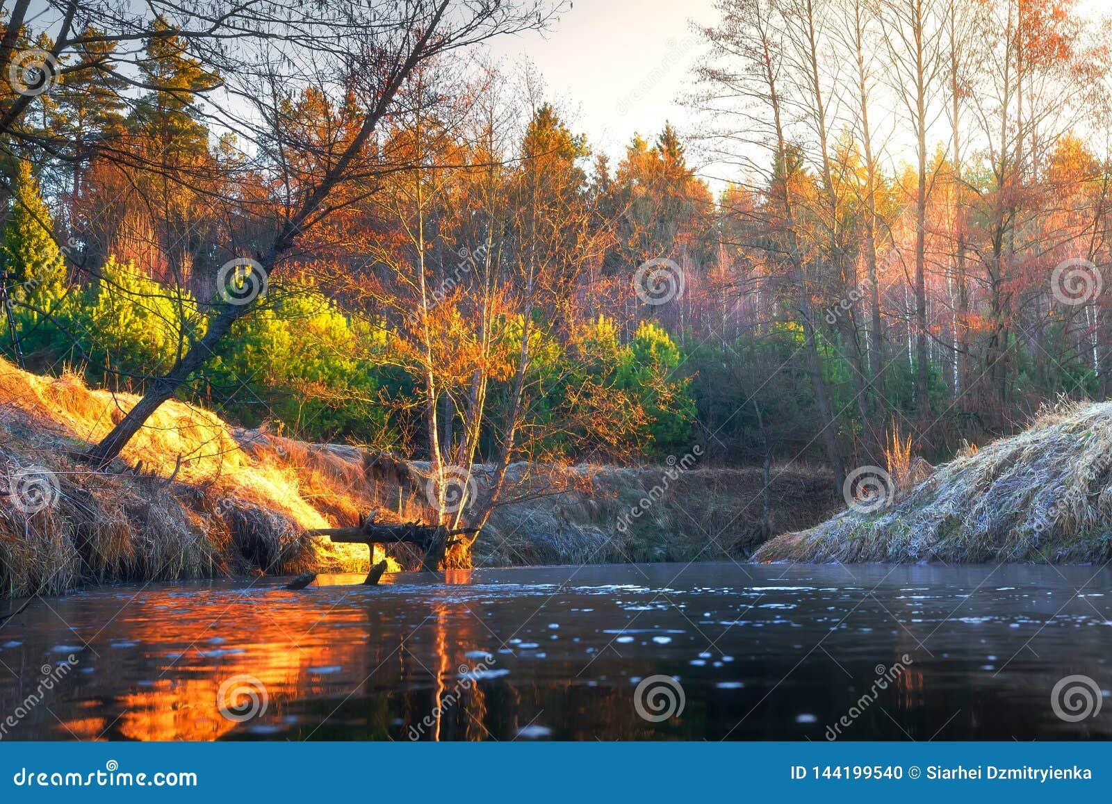Het landschap van de de herfstrivier