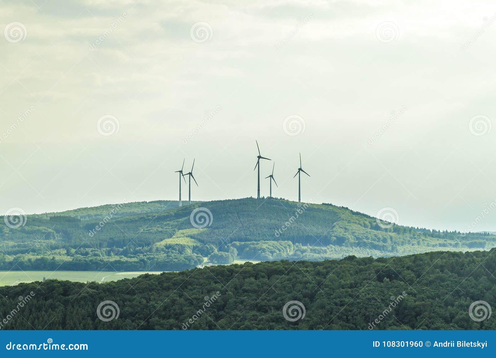 Het landschap van de de hernieuwbare energiebronzomer van de windturbine met duidelijk