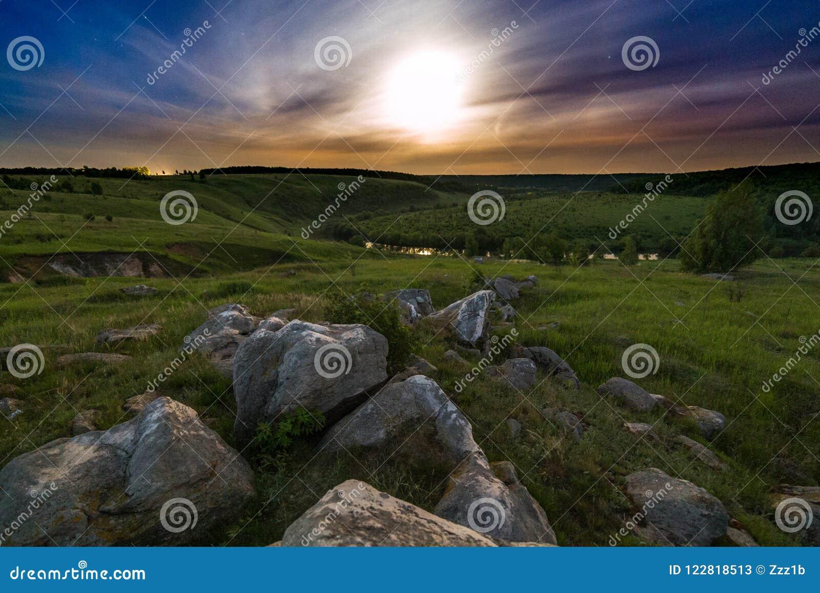 Het landschap van de de maanhalo van nachtstenen