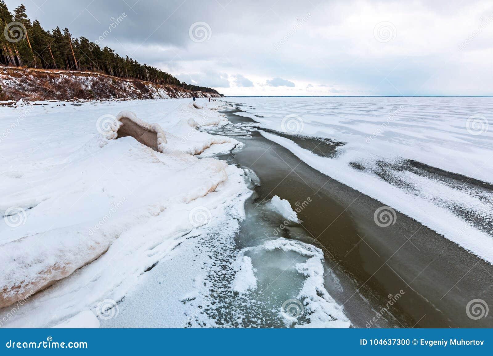 Download Het Landschap Van Het De Winterijs Op De Rivier De Ob-Rivier, Siberië Stock Foto - Afbeelding bestaande uit kust, bomen: 104637300
